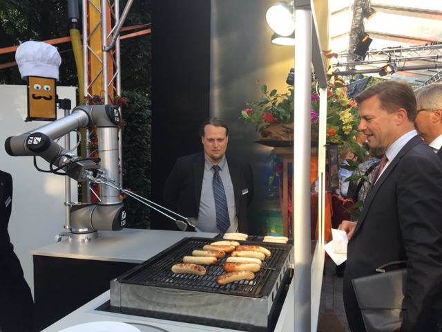Steffen Seibert, government spokesperson and head of the Press and Information Office, was interested in the function of the BratWurst Bot too. Photo from FZI.